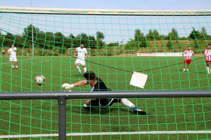 Gehalten! Unser neuer Keeper Jan Philip Oest pariert einen 9-Meter im Finale. Foto: Mathias Merk