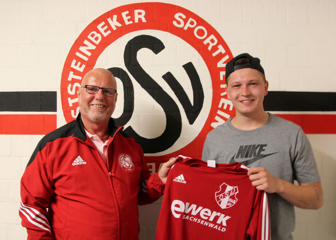 Liga-Obmann Michael Baaß (li.) mit Neu-Stürmer Adrian Voigt. Foto: Mathias Merk