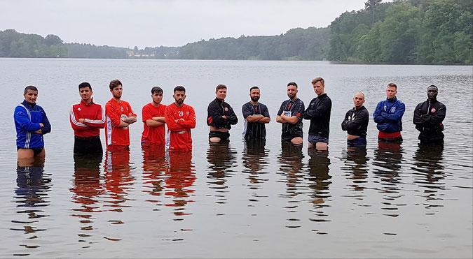 Während die andere Hälfte des Teams unterwegs war, genehmigten sich diese Männer zum Abschluss des Trainingslagers noch eine verdiente Abkühlung im See. Foto: Mathias Merk