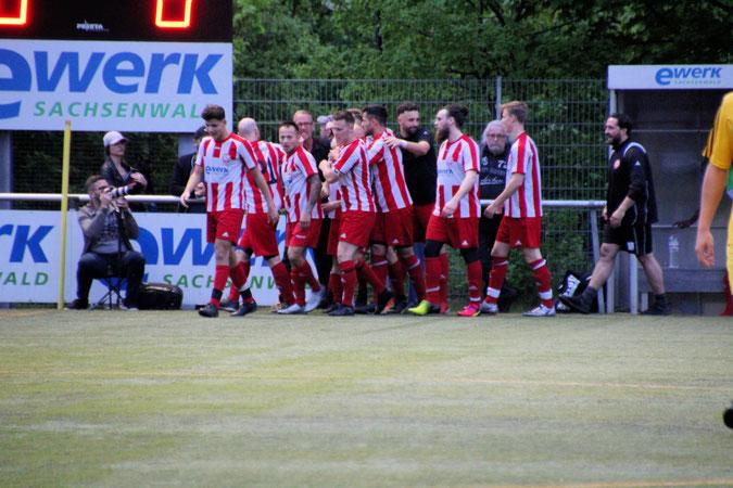 Die Mannschaft bejubelt den Siegtreffer von Marcel Meyer. Foto: Mathias Merk