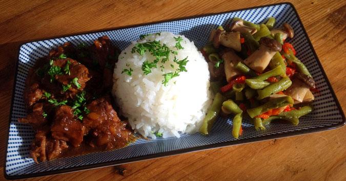 Vietnamees rundvlees met pandan rijst en roerbak groente.