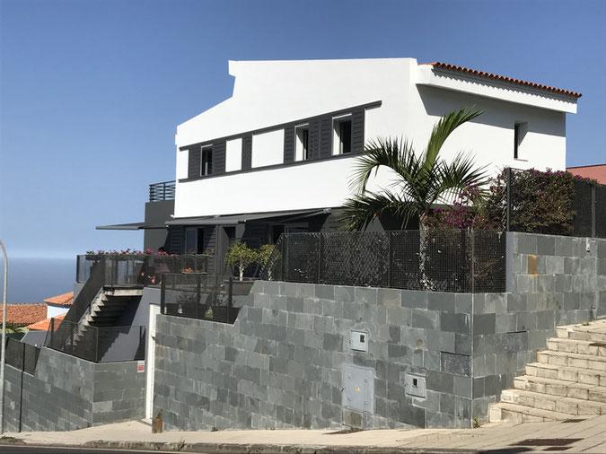 Modernes 2 stockiges Haus an einer etwas schreien Straße gebaut und in weiß und Anthrazit gestrichen