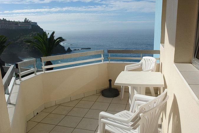 Balkon an der Ecke vom Haus mit Meerblick
