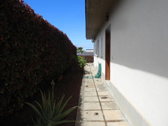 Seitliche Terrasse mit Garten