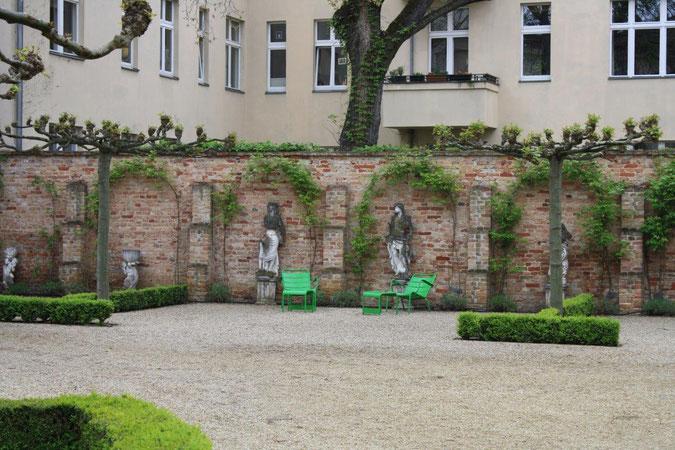 Backsteinwand von Rosen berankt Palais am Stadthaus Wunderkind Archiv Shop Hofcafe Potsdam