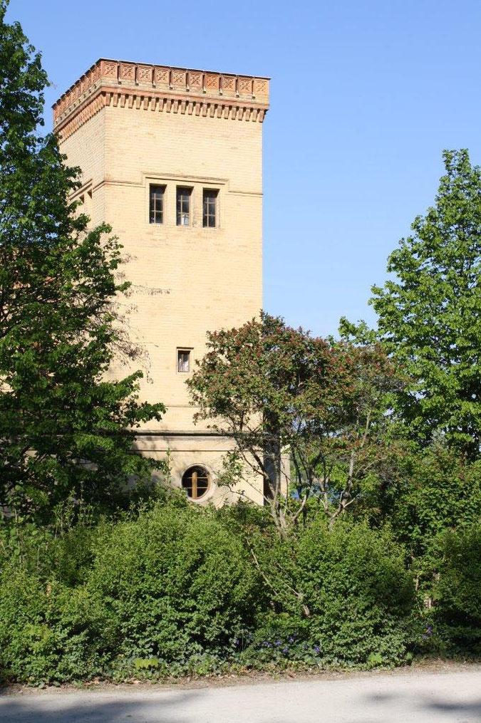 Meierei Turm Backstein gelb Neuer Garten und Schloss Cecilienhof englische Gartenkunst Ausflug Besichtigung Spaziergang Sommer