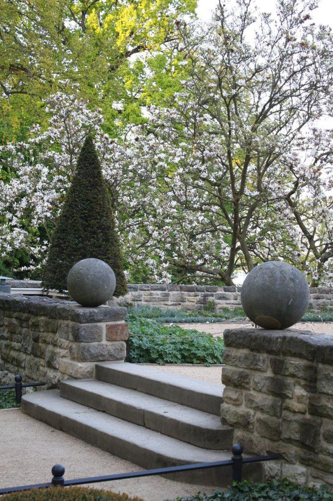 Magnolien Steinkugeln Neuer Garten und Schloss Cecilienhof englische Gartenkunst Ausflug Besichtigung Spaziergang Sommer