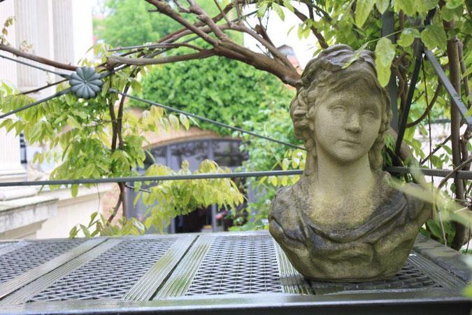 Putte auf Eisentreppe Palais am Stadtgarten