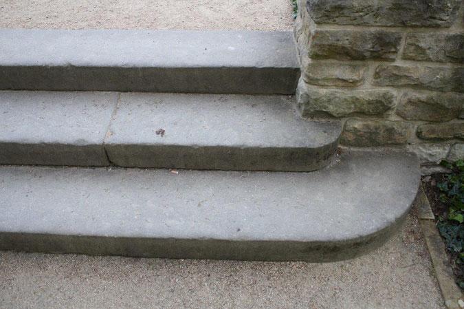 Steintreppe rund Neuer Garten und Schloss Cecilienhof englische Gartenkunst Ausflug Besichtigung Spaziergang Sommer