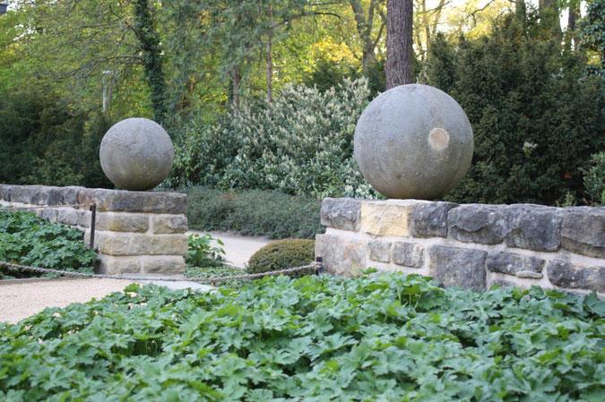 Steinkugel auf Mauer Neuer Garten und Schloss Cecilienhof englische Gartenkunst Ausflug Besichtigung Spaziergang Sommer