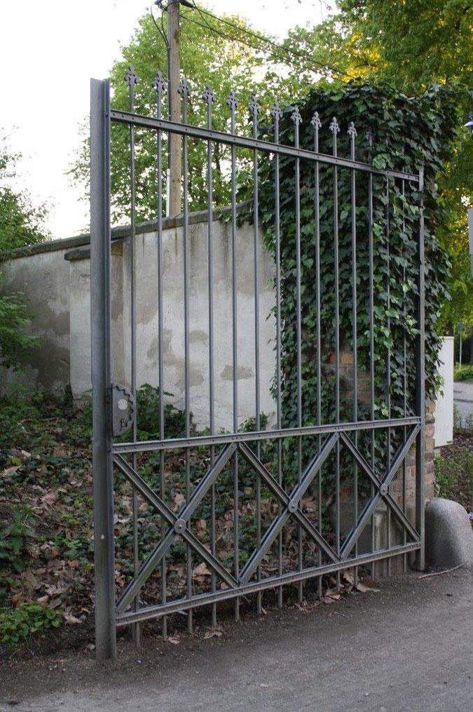 Eisentor Neuer Garten und Schloss Cecilienhof englische Gartenkunst Ausflug Besichtigung Spaziergang Sommer