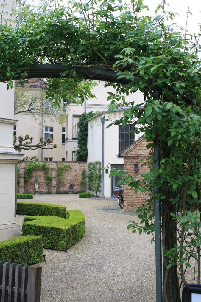 Rankgitter Tor mit Kletterrose Palais am Stadthaus Wunderkind Archiv Shop Hofcafe Potsdam