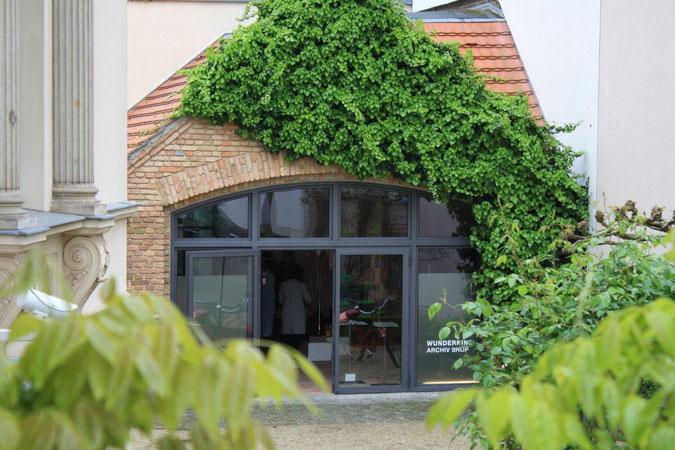 Backsteigebäude von Efeut berankt Eingang Archiv Shop Wunderkind Palais am Stadthaus Wunderkind Archiv Shop Hofcafe Potsdam