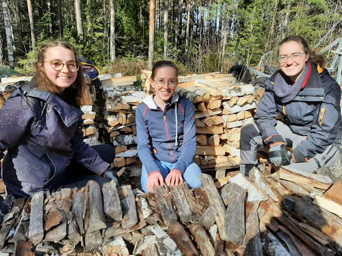 Clarita, Hannah und Sonja nach dem Holzhacken