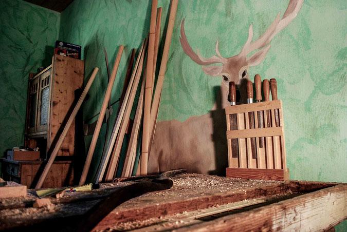 Werkzeuge, Bogenrohlinge, Werkbank für den Bogenbau am Wieslerhof