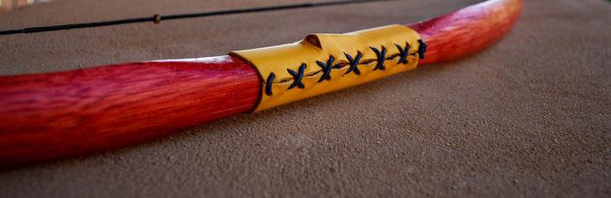 Peppiger Kinderbogen in rot mit gelbem Griffleder