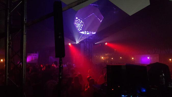 Foto: Dodekaeder in einer Diskothek, als mystisches Symbol und farbiges Dekorationsobjekt