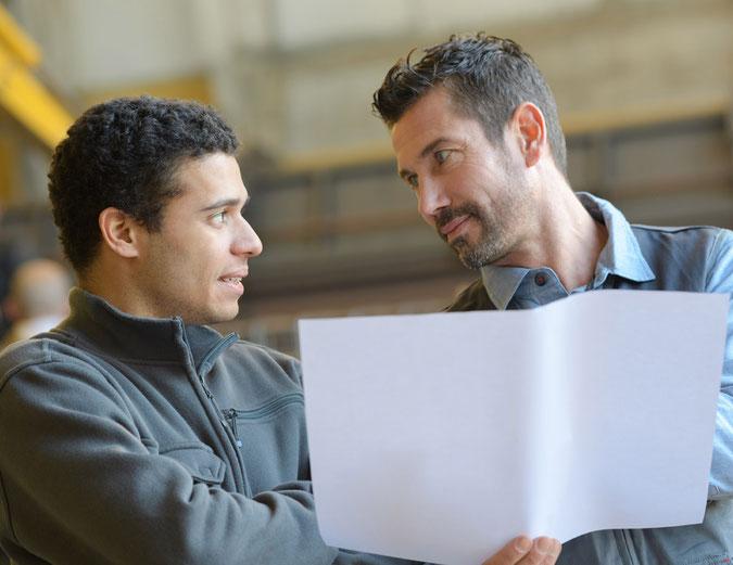 Zwei Personen die sich über einen Plan für Lohnfertigung beraten