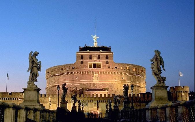 ローマの中心を流れるテヴェレ川の畔に建つサンタンジェロ城 wikipedia