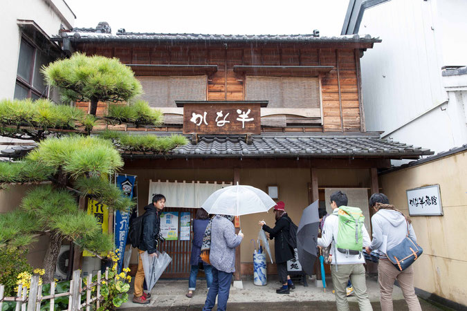 立派な建物に、傘をさしながらシャッターを切る私たち。街には古くて趣のある建物がたくさん。