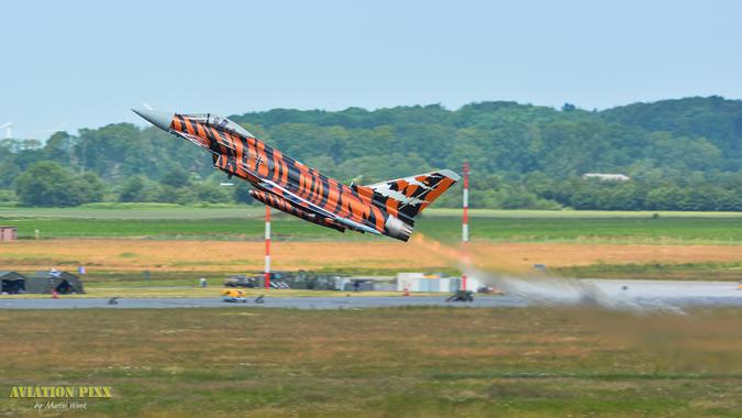 Pure Power - Der Tiger Eurofighter der Bavarian Tigers aus Neuburg mit einem seiner spektakulären Starts