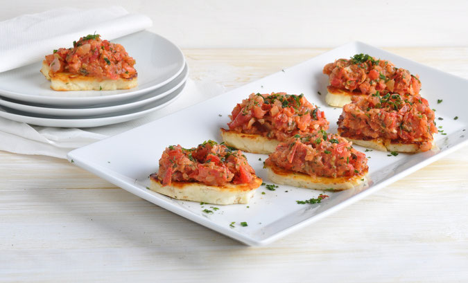 Bruschetta Halloumi mit zerkleinerten Zwiebeln und Tomaten aus dem Thermomix, vegetarisch