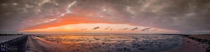 Sonnenuntergang am Wattenmeer in Ostfriesland (Strand Harlesiel) - Klicken zum vergrößern