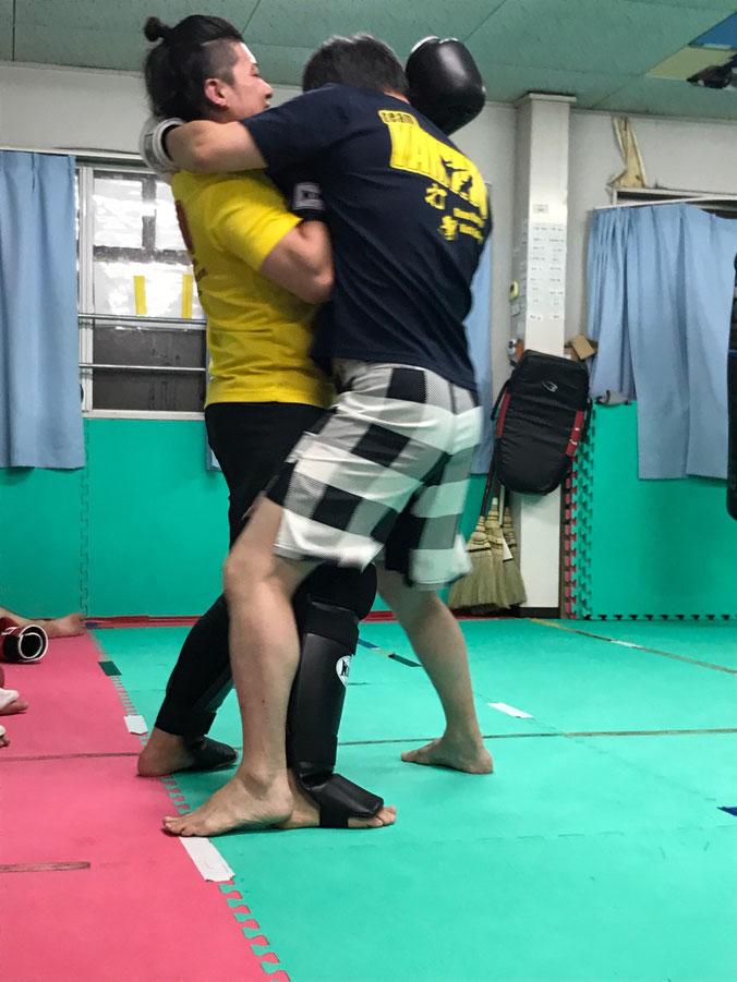 首相撲は、ムエタイ、キックボクシングでの重要な技です。