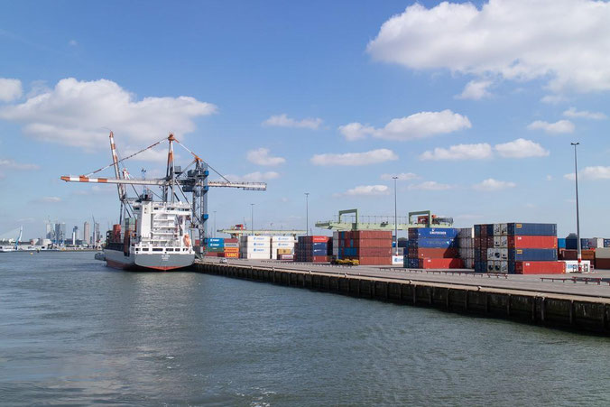 freaky finance, freaky travel, Rotterdam, Reisebericht, invest-abc, Containerschiff im Hafen