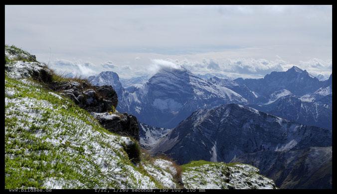 Schnee am Gipfel, die angekündigten Wolken erreichen das Sonnjoch.