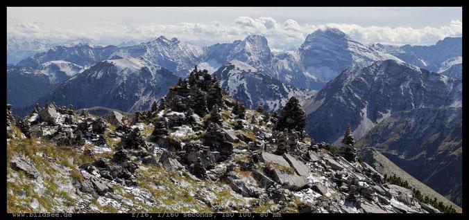 Steinmandl am Schafreuter. Im Hintergrund die Sonnjochgruppe mit Bettlerkarspitze, Schaufelspitze und Sonnjoch (v.l.n.r.)