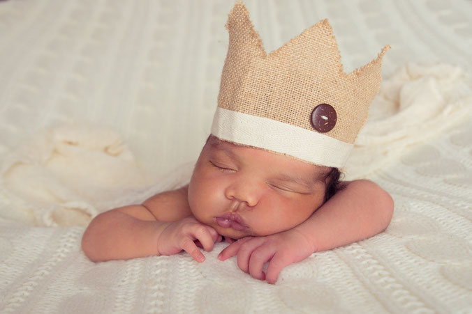newborn jongen in cirkel