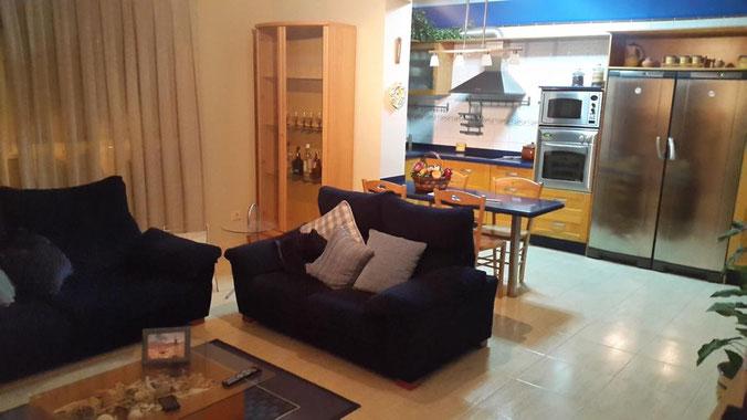 Wohn- Esszimmer mit Blick auf die Küche