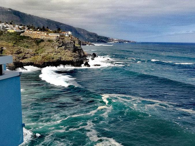 Das tobende Meer in verschiedenen Blautönen mit weißen Schraumkronen.