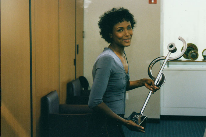 UN ambassador Waris Dirie received an abstract sculpture by HEX in New York as an award by the german television channel ZDF. FRIEZE New York