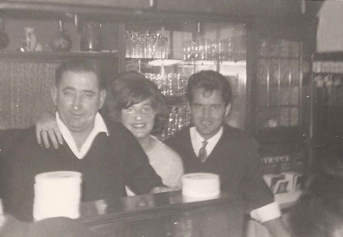 Johann Witt, Pächter der Gaststätte Fassbender, mit Tochter Gerdi und Muammer Akkoyun 1966