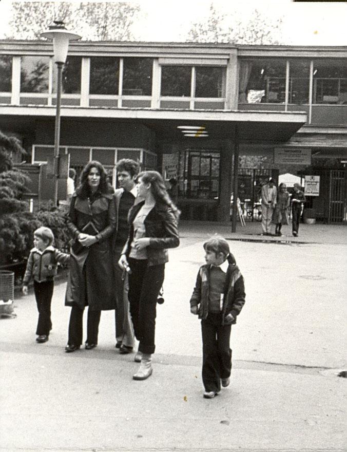 Familie Akkoyun 1979 vor dem Eingang zum Kölner Zoo (Roger, Gerdi und Muammer, Aylin und Britta)
