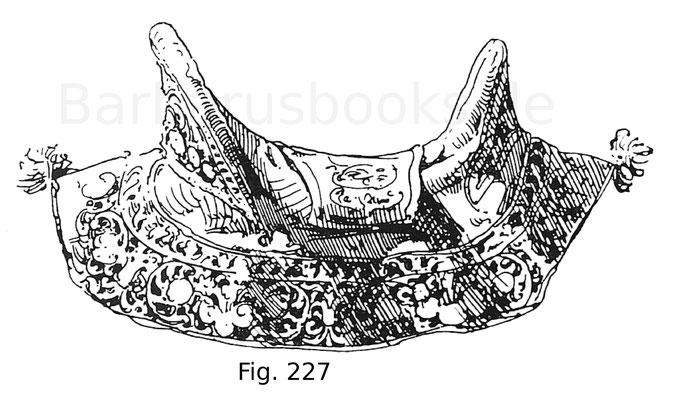 Fig. 227. Maurischer Sattel (Barda) mit reichgestickter, samtener Decke. Zweite Hälfte des 16. Jahrhunderts. Armeria Real zu Madrid.