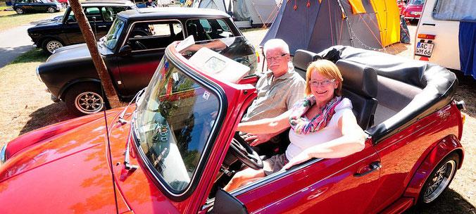 Für den Sommer: Im Minicabrio lassen es sich Annette Auster-Müller und Hans Werner Höle gut gehen. Der kleine rote Flitzer hat, wie die meisten Minis, einen sehr kurzen Radstand und ist sehr wendig. Dafür fehlt etwas Dämpfung. | © Patrick Herrmann