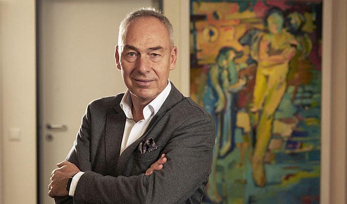 Rainer Mayer vor einem Bild