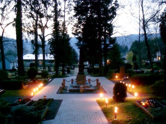 Festliche Illumination zur Gedenkfeier am Totensonntag