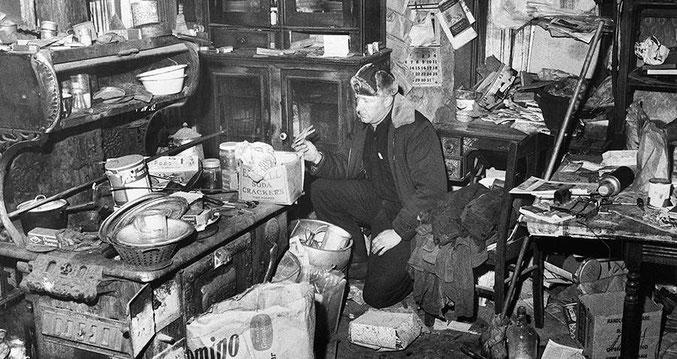 荒れ果てた状態のエド・ゲインの家の内部