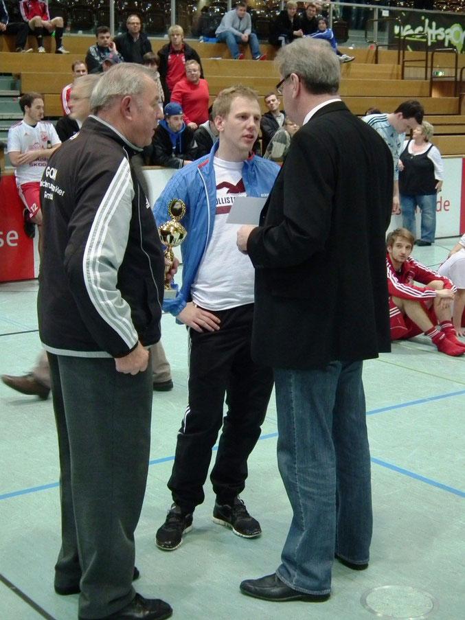 Die Ehrung durch Oberbürgermeister Egon Vaupel, mit Andreas Wagner und Tim Schott vom FSV- Schröck