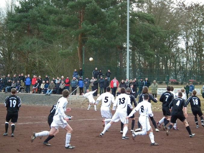 Spielstätte für das 1. Spiel im Jahr 2012 war der Hartplatz