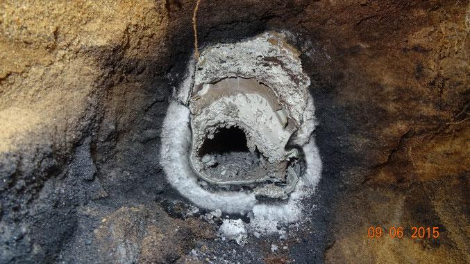 durch Brand zerstörte Alu-Kabel im Erdreich (stehender Lichtbogen zwischen +/- Leitung)