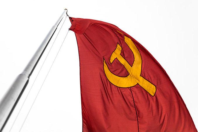 Por toda la ciudad se pueden ver banderas comunistas junto con la enseña nacional