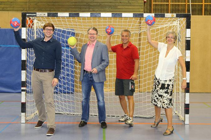 v. l. n. r.:  Markus Gülich, Vorsitzender Förderverein Handball Zons e.V.; Wolfgang Cremer, Vertriebsleiter VR Bank eG; Marc Vallbracht, Abteilungsleiter SG Zons-Handball; Carola Westerheider, Spendenbeirat der VR Bank eG