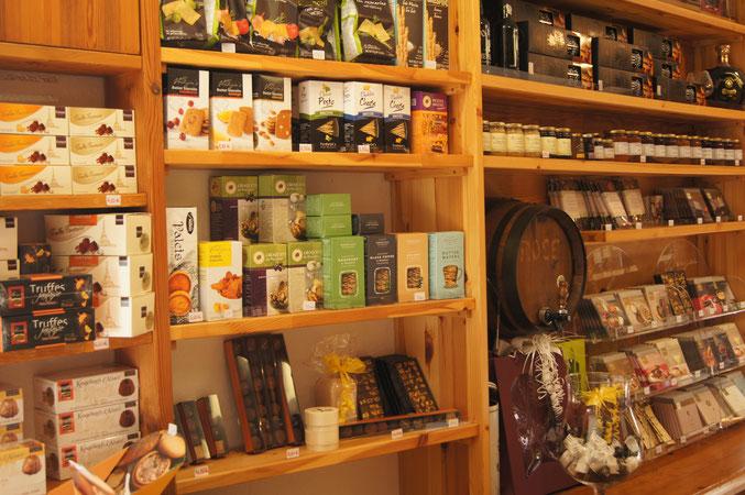 Schokoladen von Berger und Confiserie Gmeiner und verschiedene Honigsorten