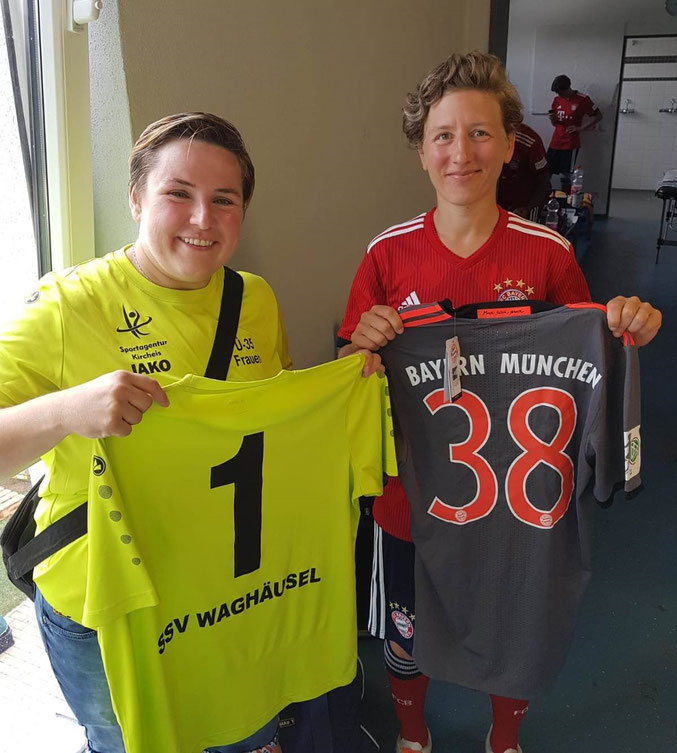 Monika Kesel beim Trikottausch mit Nathalie Bischof (Trainerin der 2.Frauen BL Mannschaft) vom FC Bayern München.
