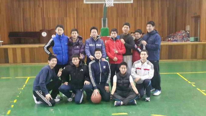 韓国豊生高校テコンドー部3年生とイ・キョンベ監督(中央)と西村純選手(右から2番目)